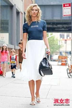 夏季街拍半身裙配的上衣和鞋子