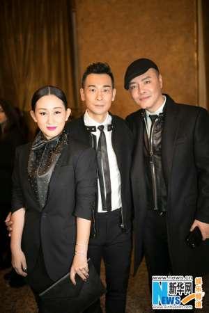 赵文卓夫妇受邀亮相米兰时装周 机场街拍黑衣LOOK酷劲十足
